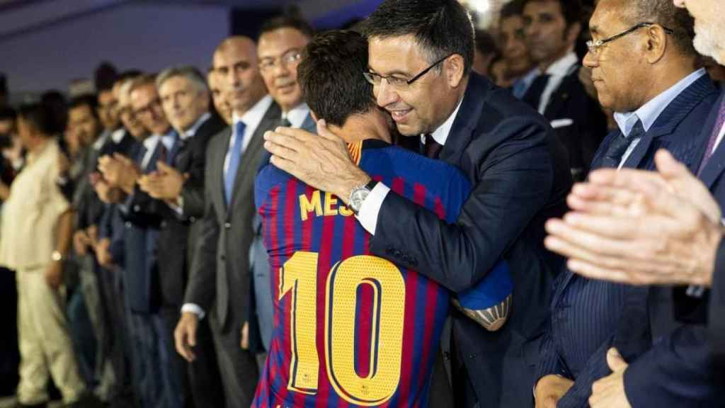 Josep Maria Bartomeu abraza a Leo Messi