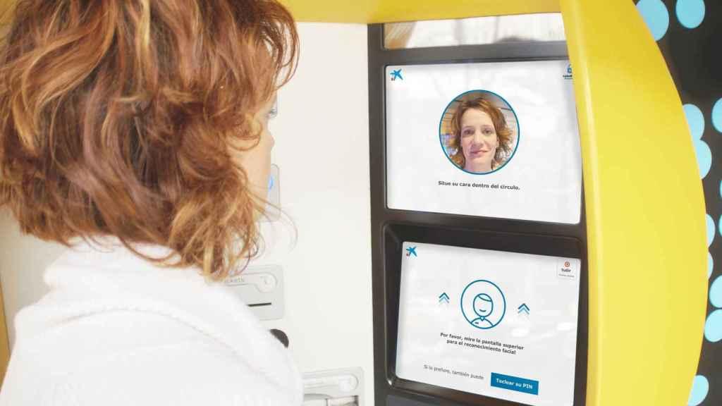 Reconocimiento facial en un cajero de CaixaBank.