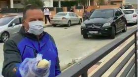 Martín Manuel lleva el pan a las casas de los vecinos de este pueblo salmantino