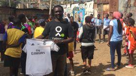 Baba Yao, el líder de la comunidad, posa con una camiseta del Real Madrid.