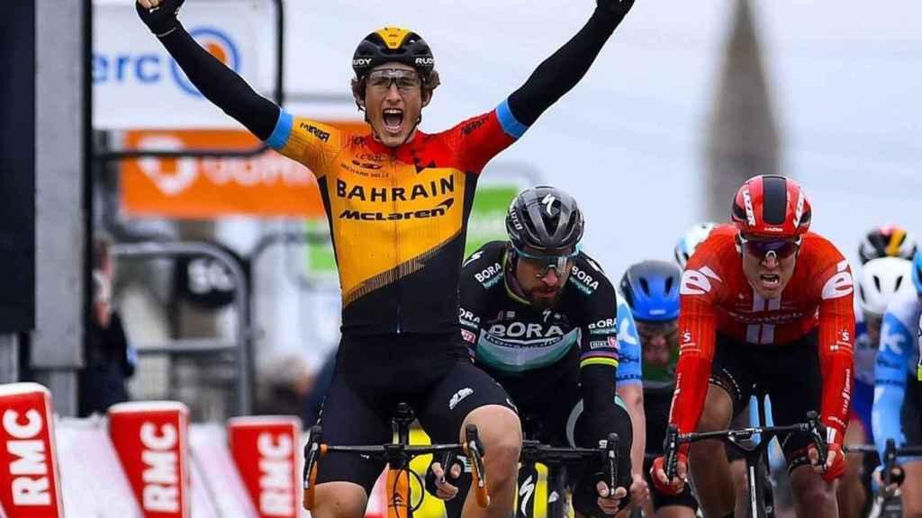Iván García Cortina celebra su victoria en la Paris-Niza por delante de Peter Sagan