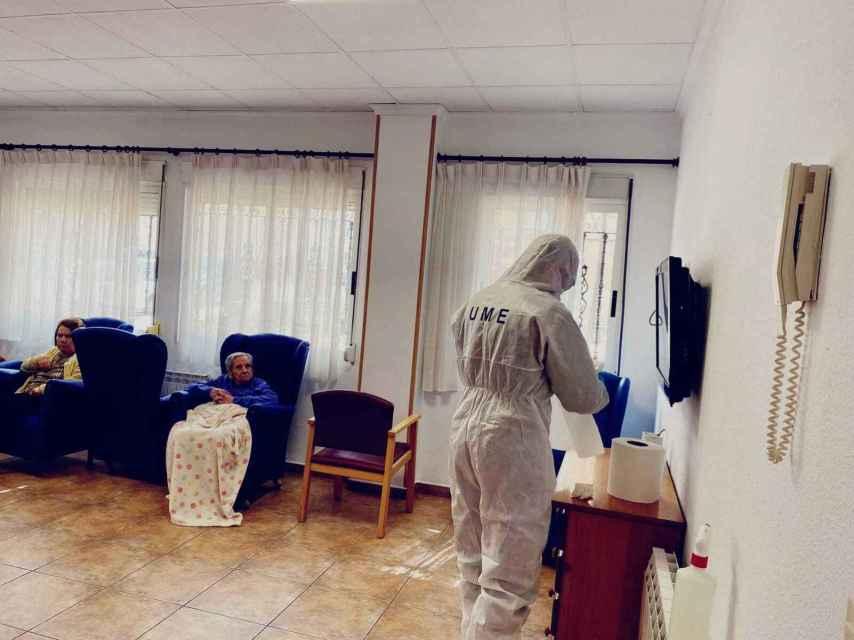 Un militar de la UME desinfectando una residencia de ancianos.