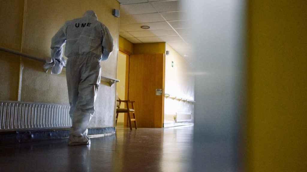 Un soldado de la UME desinfecta una residencia de ancianos.