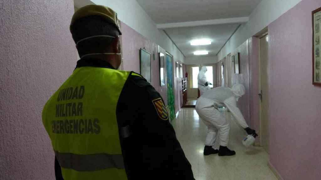La UME desinfecta una residencia durante la Operación Balmis el pasado mes de marzo.