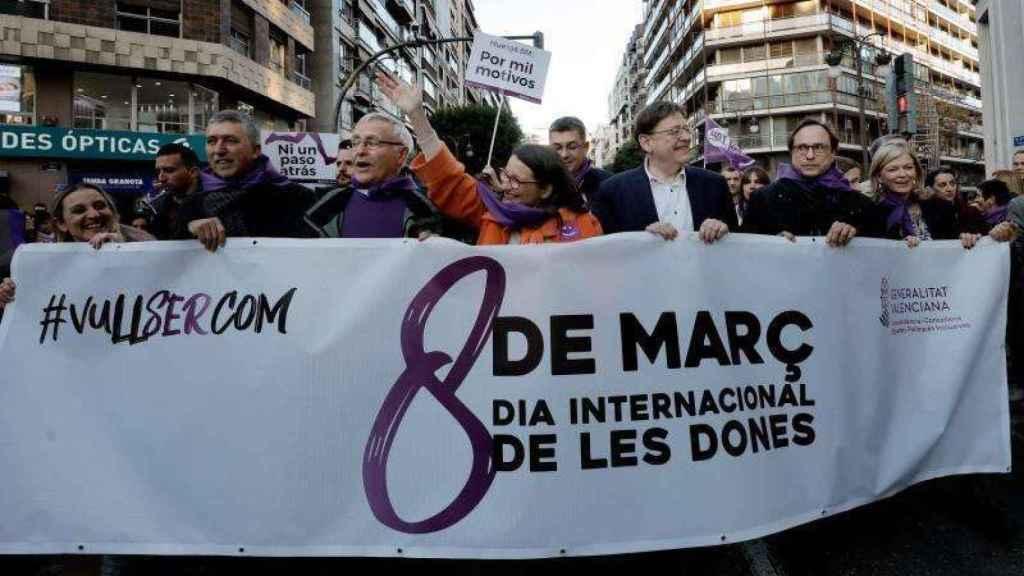 Ximo Puig y otras autoridades en la manifestación del 8M en Valencia./