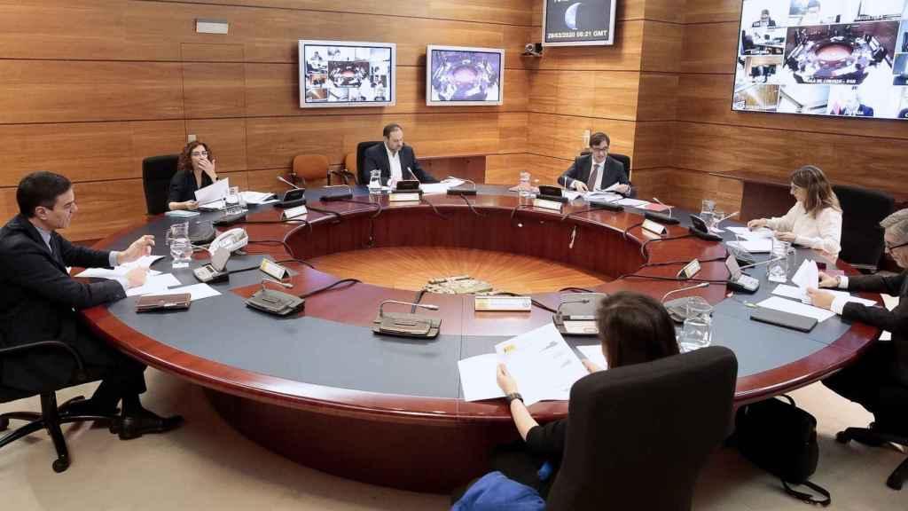 Consejo de Ministros con Sánchez, Montero, Ábalos, Illa, Díaz, Marlaska y Robles en la sala y el resto de ministros por vía telemática.