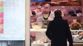 Un hombre adquiere alimentos en Roma.