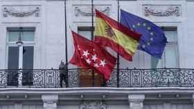 Banderas a media hasta en la sede de la Comunidad de Madrid.