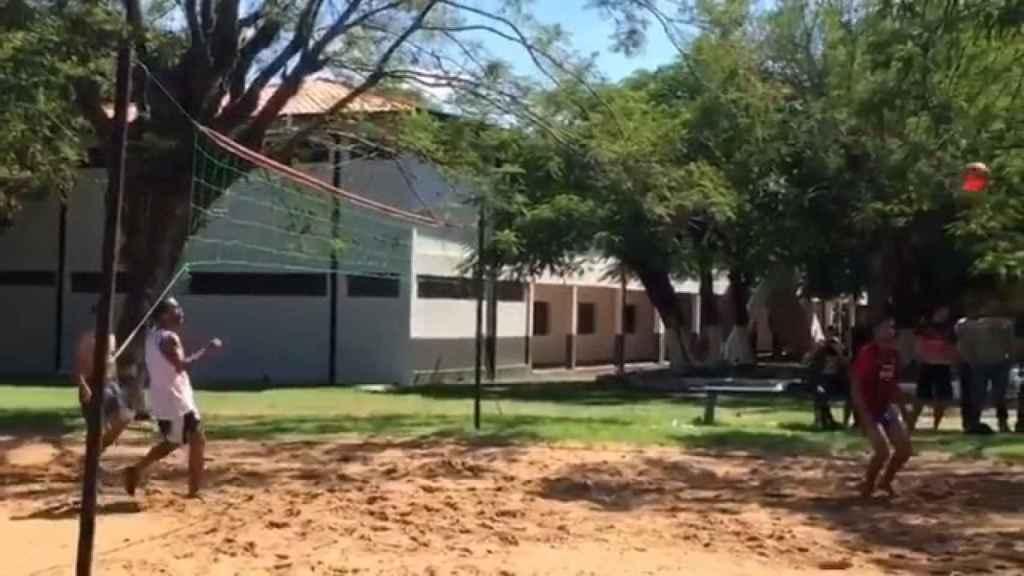 Ronaldinho jugando al 'futvoley' con los reclusos de la cárcel de Paraguay