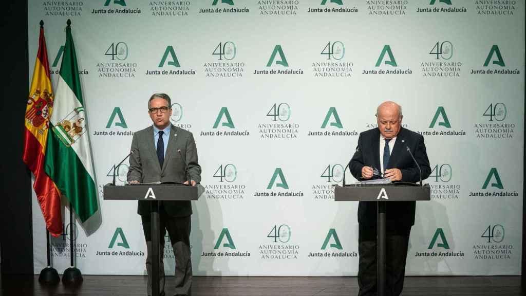 El consejero de Presidencia de la Junta, Elías Bendodo, y el de Salud, Jesús Aguirre, esta lunes.