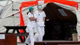 Personal sanitario en los exteriores de IFEMA.