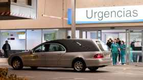 Un coche fúnebre frente a la entrada de Urgencias, en un hospital.
