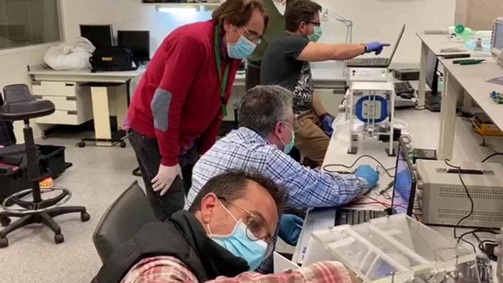 Los investigadores valencianos que están desarrollando el nuevo ventilador mecánico.