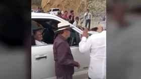 Momento en el que AMLO saluda a la madre del 'Chapo'.