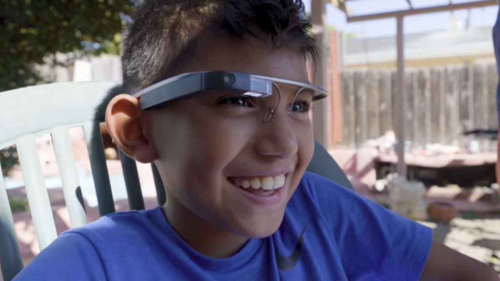 Niño utilizando Google Glass