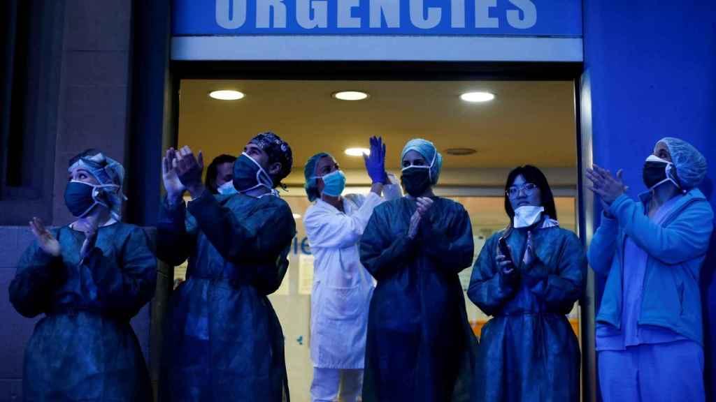 Aplauso sanitario en el hospital 2 de mayo de Barcelona