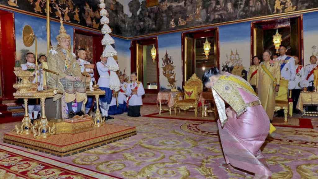 Detalle de Rama X recibiendo la corona.