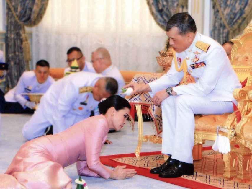 El rey de Tailandia en su boda con Suthida, la mujer a la que después despojó de sus títulos.