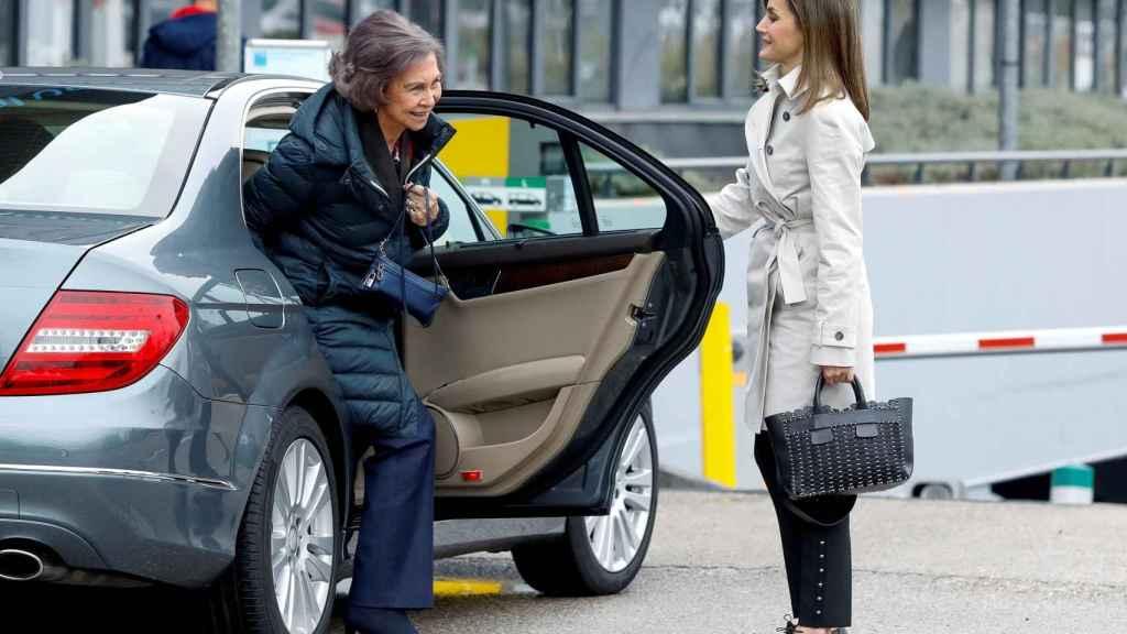 Letizia y Sofía a su llegada al Hospital de La Moraleja donde operaron al emérito de la rodilla.