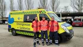 Toño y sus compañeros en la única ambulancia medicalizada de Soria.