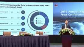 Eric Xu, presidente rotatorio de Huawei, presentando los resultados financieros de 2019