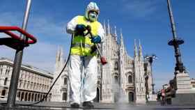 Trabajos de desinfección en la piazza del Duomo, en Milán