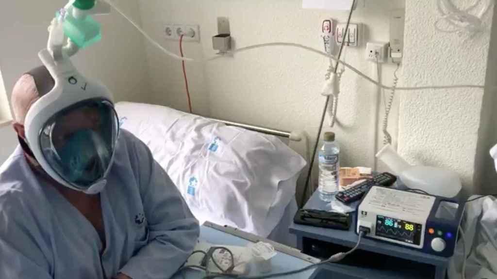 Un paciente, asistido con la máscara del Decathlon.