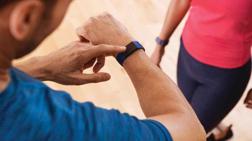 Fitbit Charge 4 en uso.