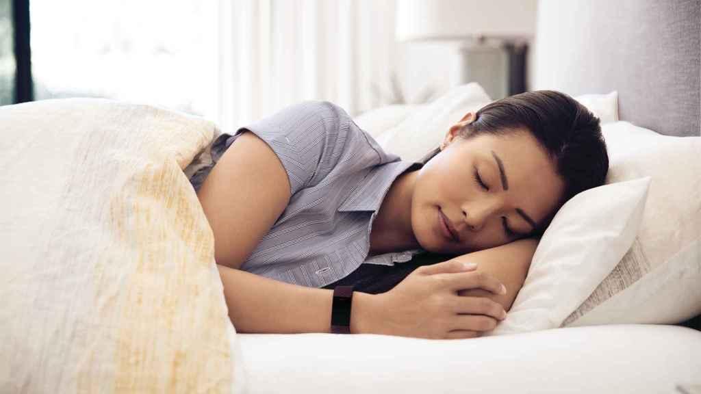Fitbit Charge 4 monitorizando el sueño.