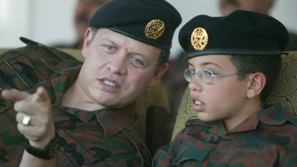 El príncipe Al Hussein bin Abdullah II junto al rey Abdullah II ibn Al Hussein durante una la exhibición de un ejercicio militar durante su juventud.