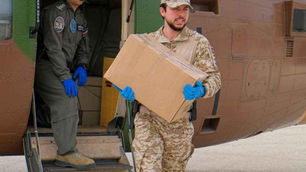 El príncipe Hussein ha acompañado al ejército en la distribución de material y alimentos a Irbid, poblado sumido en una cuarentena obligatoria.