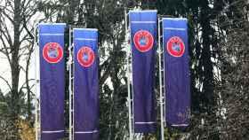 Las banderas de la UEFA en la sede de Nyon