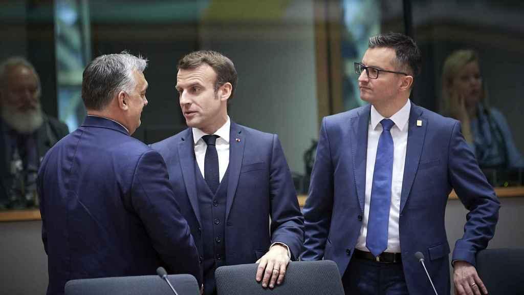 Viktor Orbán conversa con Emmanuel Macron durante la última cumbre presencial de febrero