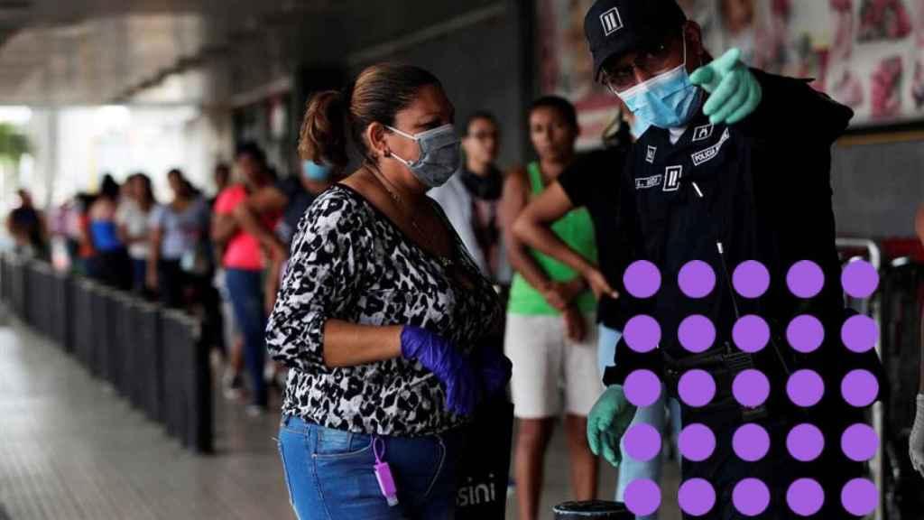 Solo mujeres en la cola de un supermercado de Panamá.