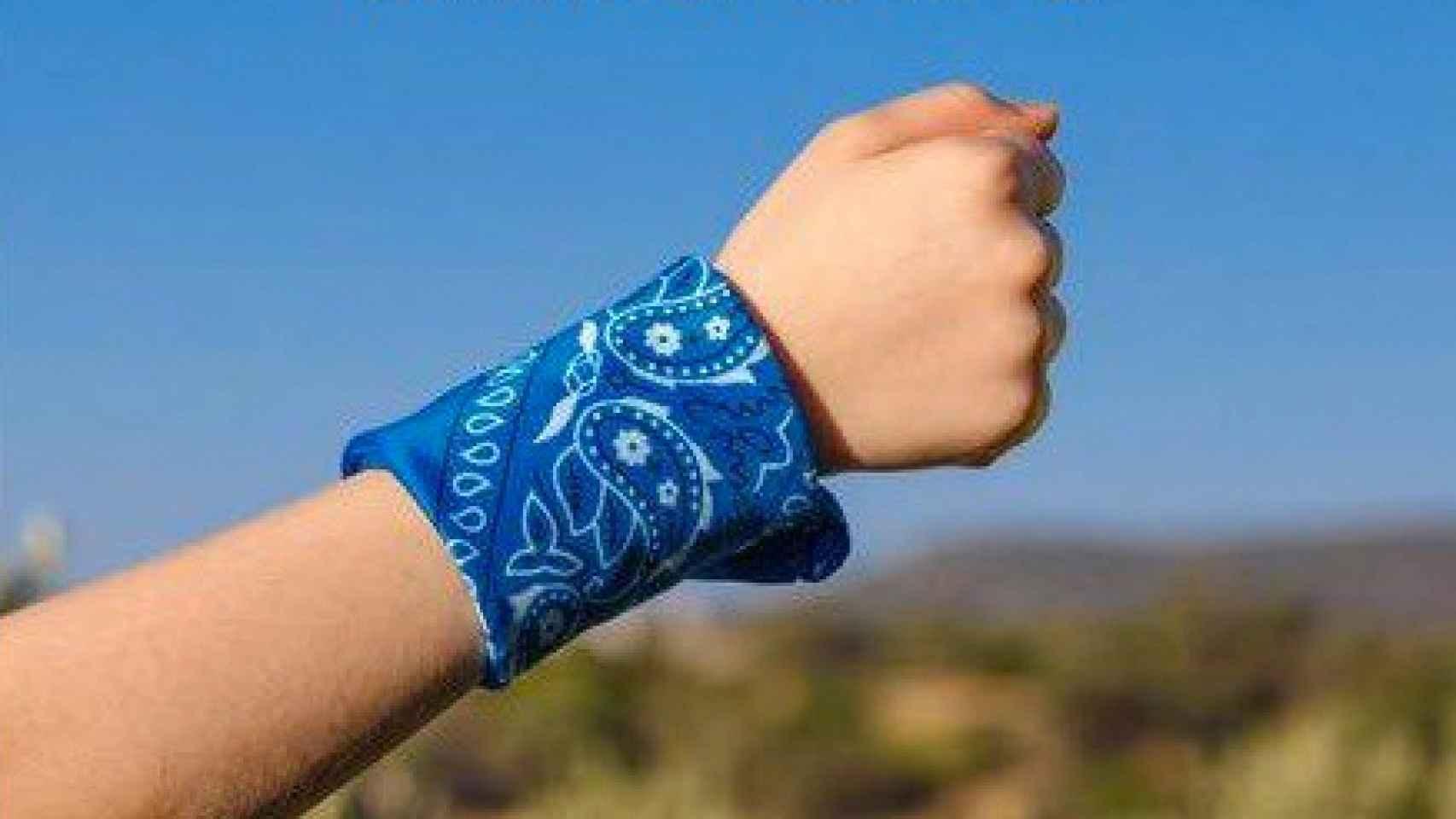 Un niño viste un pañuelo azul que le identifica como persona con TEA.
