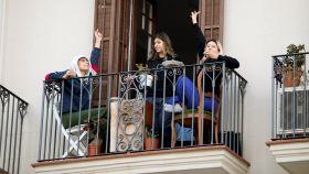 Varias personas en un balcón de Barcelona en el octavo día del estado de alarma a causa del coronavirus.