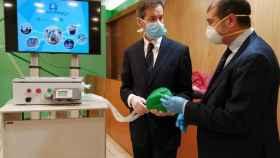 El cirujano vascular Ignacio Díez de Tuesta y el catedrático de Ingeniería Víctor Muñoz Martínez, junto al respirador.