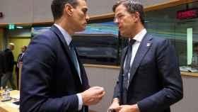 Pedro Sánchez conversa con Mark Rutte durante una cumbre de la UE