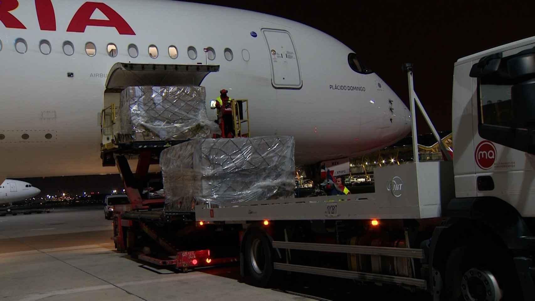Imagen de uno de los aviones del Corredor Aéreo con China descargando el material.
