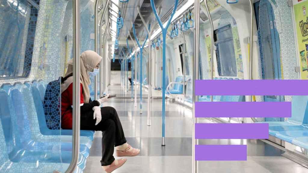 Una mujer en el metro de Malasia.