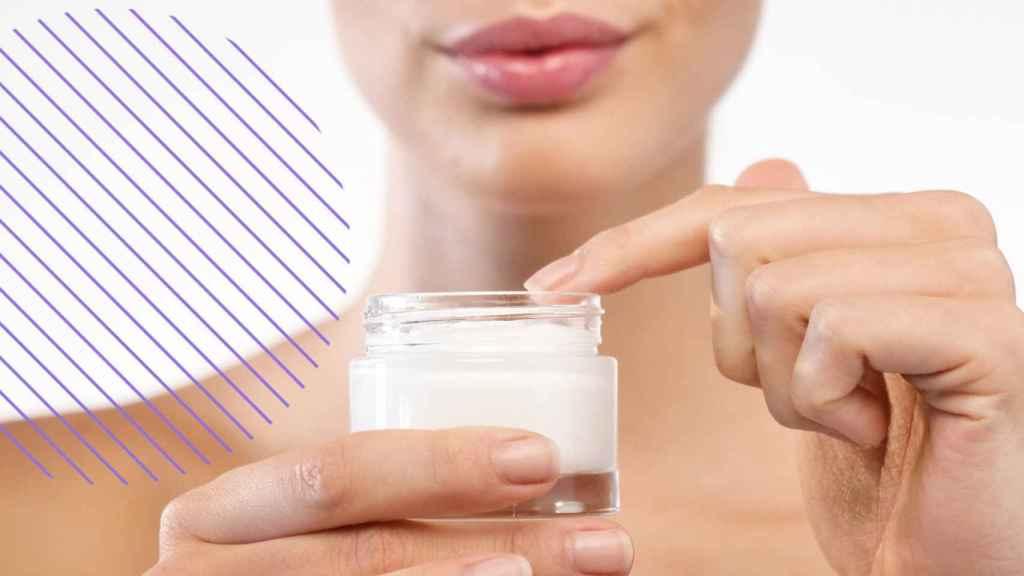 Una mujer usando crema.
