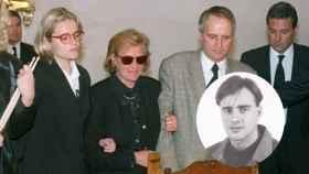De izquierda a derecha: Marimar Blanco, Consuelo Garrido, Miguel Blanco. Abajo, una imagen anterior de su hijo Miguel Ángel.