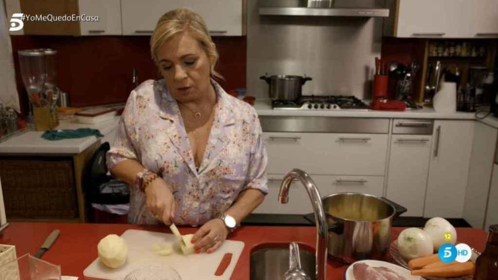 Carmen Borrego en la cocina de 'Ven a cenar conmigo'.