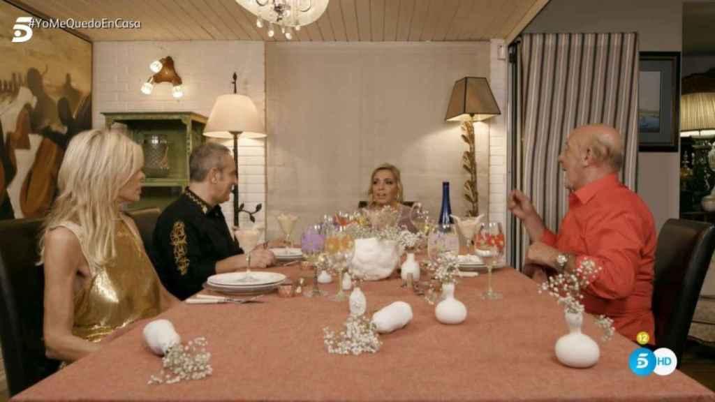 Los cuatro comensales a la mesa de la casa de Carmen.