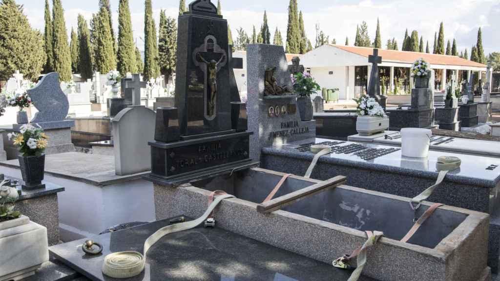 Una sepultura abierta en el cementerio de Tomelloso (Ciudad Real).