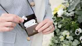 Un mini bolso permite llevar los AirPods de manera segura