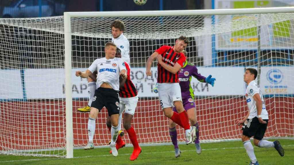 Un momento del partido entre el Torpedo Zhodino y el Belshiina Bobruisk de la liga bielorrusa