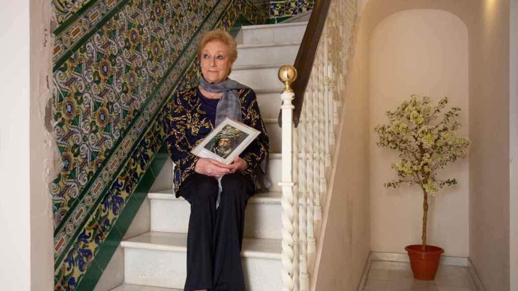 Angelita, en las escaleras de su casa.