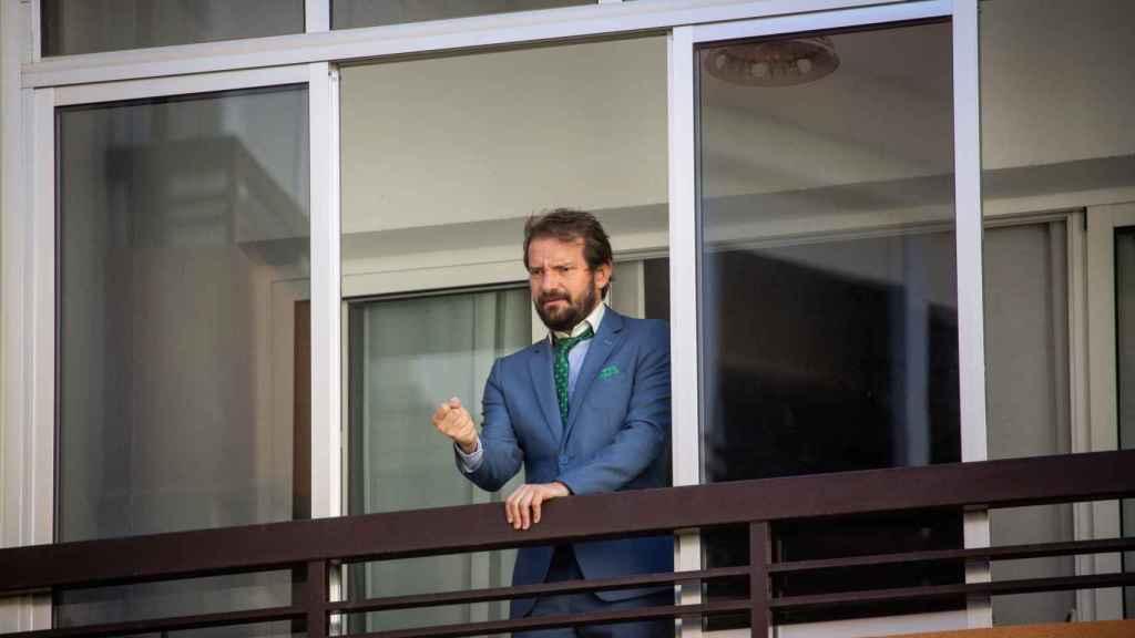 Álex Ortiz, desde el balcón de su piso, cantando una saeta.