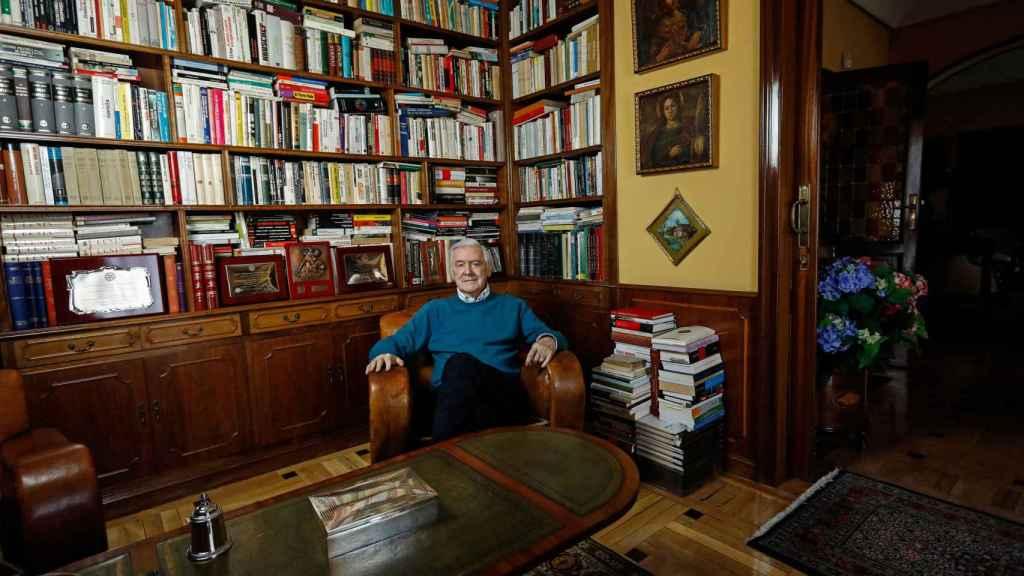 Enrique Sánchez de León, de formación abogado, en su biblioteca.